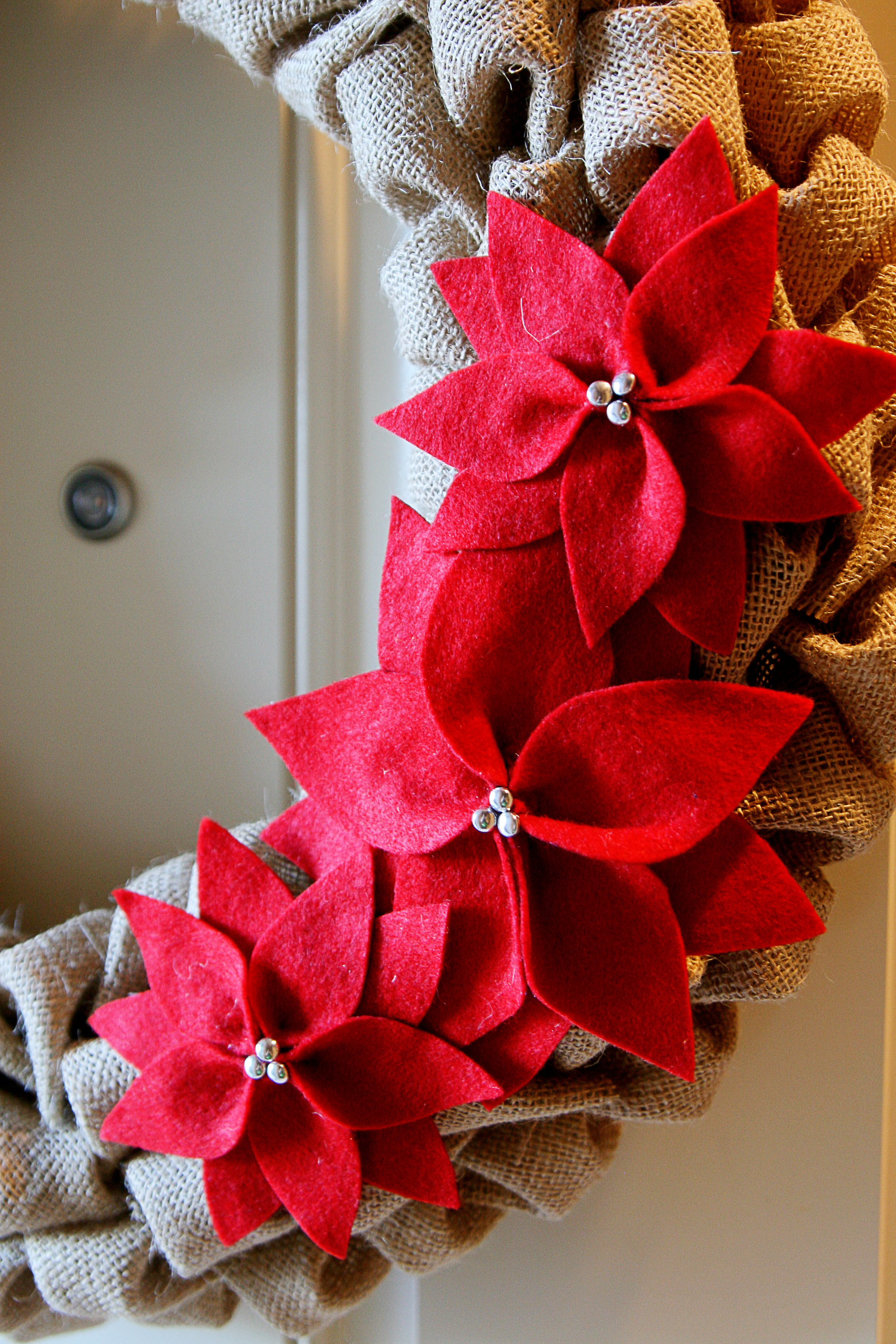 Diy tutorial burlap poinsettia wreath see vanessa craft - Como adornar una mesa para navidad ...