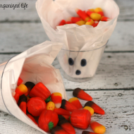 Halloween Ghost Treat Cups / My Disorganized Life for www.seevanessacraft.com