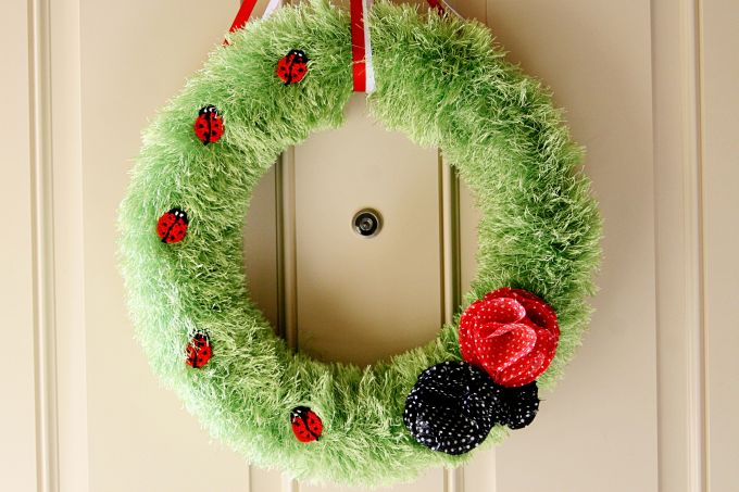 DIY Tutorial - Ladybug Fuzzy Yarn Wreath