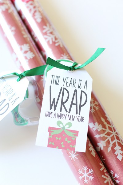 Christmas: Wrapping Paper Gift Idea with Printable Tags